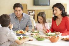 Ung latinamerikansk familj som hemma tycker om mål arkivbild