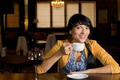 Ung latinamerikansk kvinna som dricker kaffe royaltyfri fotografi