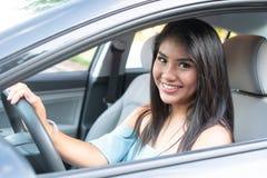 Ung latinamerikansk tonårs- flicka som lär att köra arkivfoto