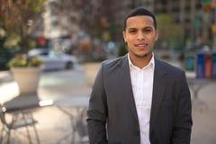 Ung Latinoman i stadsleendeframsida royaltyfria bilder
