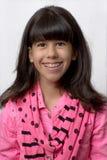 Ung latinsk flicka som ler med kulör hänglsen Royaltyfria Foton