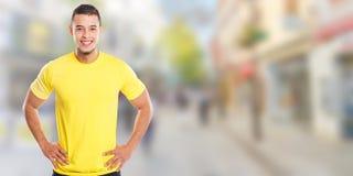 Ung latinsk man som ler lyckligt utrymme för kopia för copyspace för folkstadbaner arkivfoto