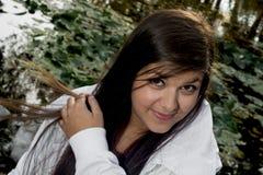 Ung le brunett med långt hår Royaltyfria Bilder