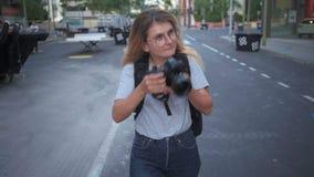 Ung le flicka med kameran arkivfilmer