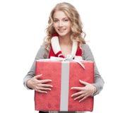 Ung le gåva för kvinnaholdingjul Royaltyfri Fotografi