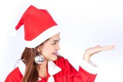 Ung le kvinna i den santa hatten, hålljulgåva Fotografering för Bildbyråer