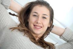 Ung le kvinna med långt koppla av för hår Royaltyfria Bilder