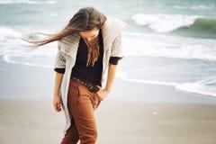 Ung le kvinna som går vid en havsstrand, höstmode, sunt livsstilbegrepp royaltyfria bilder