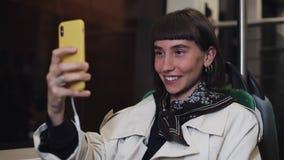 Ung le kvinna som har en video appell under att rida offentligt transport Staden t?nder bakgrund stock video