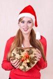 Ung le kvinna som slitage den Santa Claus hatten royaltyfri fotografi
