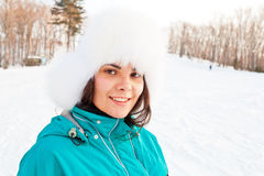 Ung le kvinnlig på en skidasemesterort Arkivbild