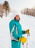 Ung le kvinnlig på en skidasemesterort Arkivfoto