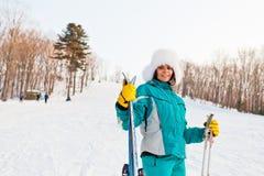 Ung le kvinnlig på en skidasemesterort Royaltyfri Foto