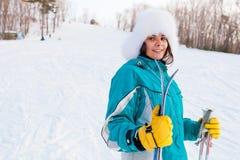 Ung le kvinnlig på en skidasemesterort Royaltyfria Bilder