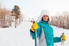Ung le kvinnlig på en skidasemesterort Fotografering för Bildbyråer
