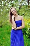 Ung le stående för kvinna utomhus Royaltyfri Foto