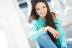 Ung le stående för kvinna utomhus royaltyfria foton