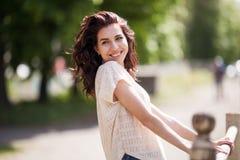 Ung le stående för kvinna utomhus Slappa soliga färger tät stående Fotografering för Bildbyråer