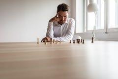 Ung ledare för affärsledare som gör timme-beslut fotografering för bildbyråer