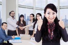 Ung ledare med affärsfolk i kontoret Arkivbild