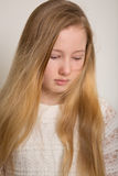 Ung ledsen blond flickagråt Royaltyfri Foto