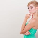 Ung ledsen kvinnasidosikt Royaltyfri Fotografi