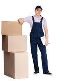 Ung leveransman i overaller med packar Royaltyfri Bild