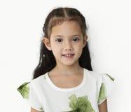 Ung liten flicka med den konstiga leendeuttrycksståenden arkivfoton