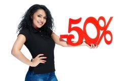 Ung lockig flicka med det röda tecknet av försäljningen för försäljning -50 Royaltyfri Bild