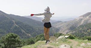 Ung lyckad boxare överst av berget arkivfilmer