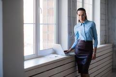 Ung lyckad lycklig le affärskvinna på bärbara datorn Royaltyfri Bild