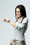 Ung lycklig affärskvinna som ser hennes klocka på handleden Royaltyfri Foto