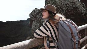 Ung lycklig attraktiv affärskvinna med ryggsäcken som tycker om sikten från kanten av den Vesuvius vulkankrater i Italien arkivfilmer