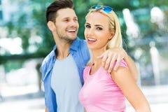 ung lycklig det fria för par Royaltyfri Fotografi