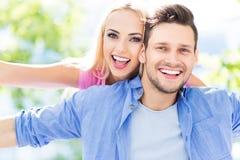 ung lycklig det fria för par Royaltyfri Foto