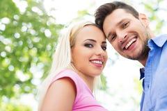 ung lycklig det fria för par Fotografering för Bildbyråer