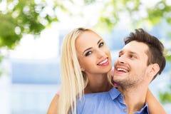 ung lycklig det fria för par Royaltyfria Foton