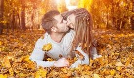 ung lycklig det fria för par Arkivfoto