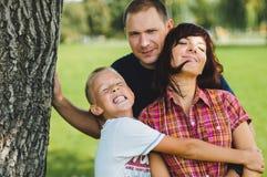Ung lycklig familj Royaltyfri Fotografi