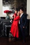 Ung lycklig familj med en behandla som ett barn inomhus Royaltyfri Bild
