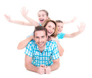 Ung lycklig familj med lyftta händer upp Fotografering för Bildbyråer