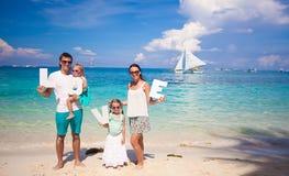 Ung lycklig familj och två ungar med ordet FÖRÄLSKELSE på Royaltyfri Bild