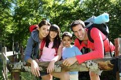 Ung lycklig familj på en fotvandra dag Royaltyfria Bilder