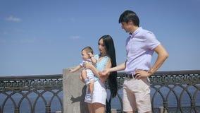 Ung lycklig familj på utomhus stock video
