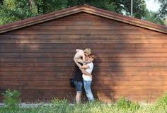 Ung lycklig familj som kramar tillsammans att kyssa sonen royaltyfri fotografi