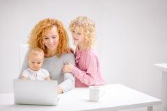 Ung lycklig familj som tillsammans gör shopping fotografering för bildbyråer