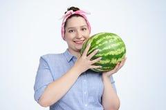 Ung lycklig flicka för stående med vattenmelon Fotografering för Bildbyråer