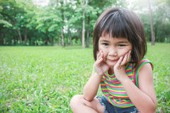 Ung lycklig flicka i parkera arkivfoton