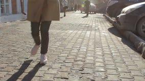 Ung lycklig flicka som kör ner en gata på den soliga vårdagen arkivfilmer
