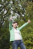 Ung lycklig flicka som visar det ok tecknet Royaltyfri Bild
